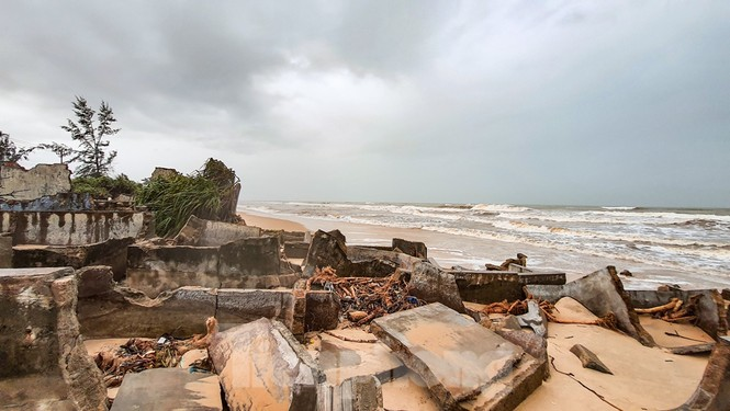 Bão tan lũ rút, bờ biển Thừa Thiên Huế tan hoang như trúng bom - ảnh 14