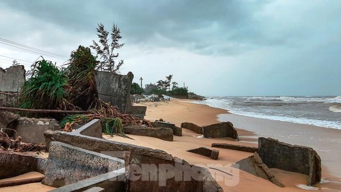 Bão tan lũ rút, bờ biển Thừa Thiên Huế tan hoang như trúng bom - ảnh 15