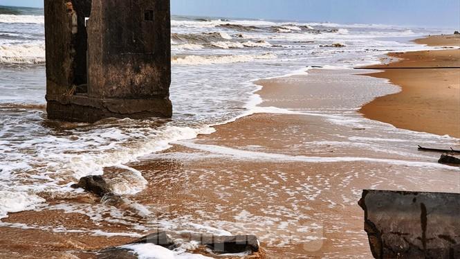 Bão tan lũ rút, bờ biển Thừa Thiên Huế tan hoang như trúng bom - ảnh 21