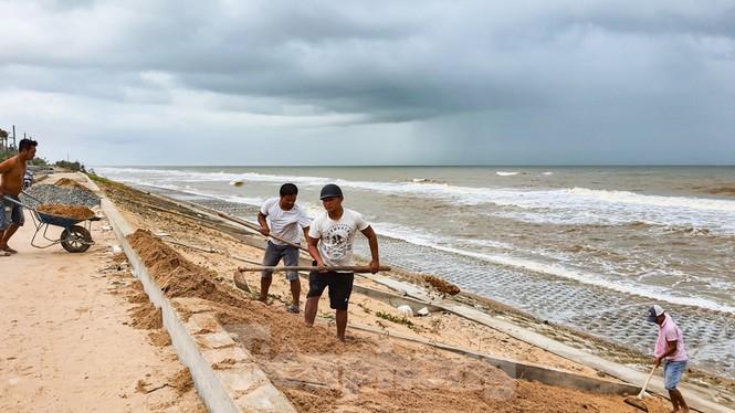 Bão tan lũ rút, bờ biển Thừa Thiên Huế tan hoang như trúng bom - ảnh 5