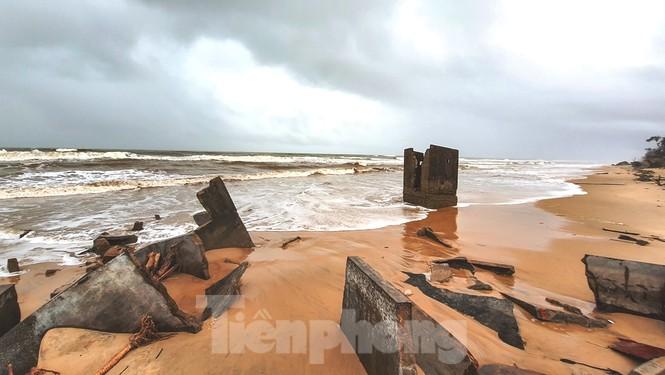 Bão tan lũ rút, bờ biển Thừa Thiên Huế tan hoang như trúng bom - ảnh 22