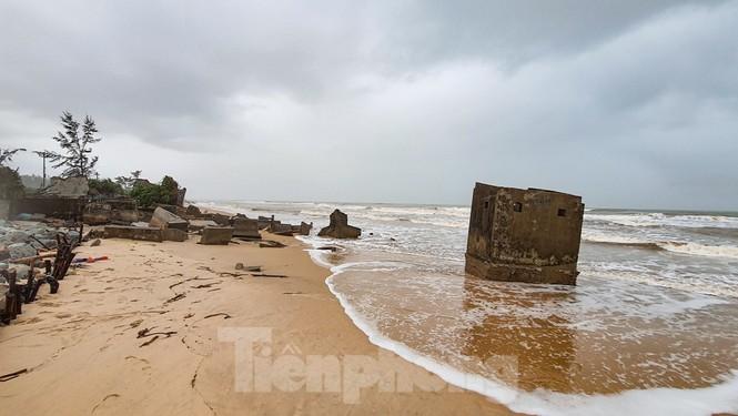 Bão tan lũ rút, bờ biển Thừa Thiên Huế tan hoang như trúng bom - ảnh 23