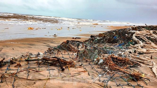 Bão tan lũ rút, bờ biển Thừa Thiên Huế tan hoang như trúng bom - ảnh 24