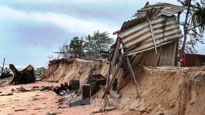Bão tan lũ rút, bờ biển Thừa Thiên Huế tan hoang như trúng bom - ảnh 1