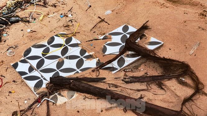 Bão tan lũ rút, bờ biển Thừa Thiên Huế tan hoang như trúng bom - ảnh 27