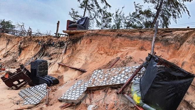 Bão tan lũ rút, bờ biển Thừa Thiên Huế tan hoang như trúng bom - ảnh 2
