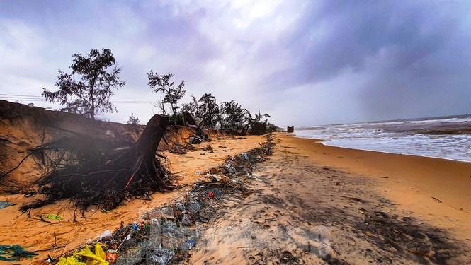 Bão tan lũ rút, bờ biển Thừa Thiên Huế tan hoang như trúng bom - ảnh 30