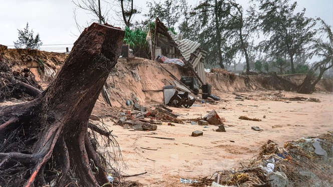 Bão tan lũ rút, bờ biển Thừa Thiên Huế tan hoang như trúng bom - ảnh 26