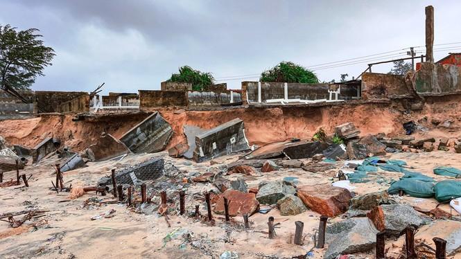 Bão tan lũ rút, bờ biển Thừa Thiên Huế tan hoang như trúng bom - ảnh 31