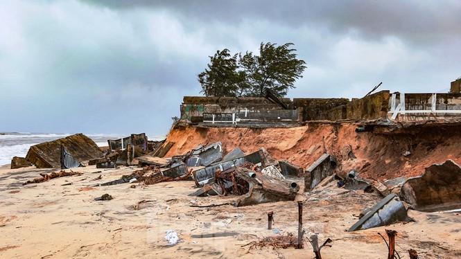Bão tan lũ rút, bờ biển Thừa Thiên Huế tan hoang như trúng bom - ảnh 32
