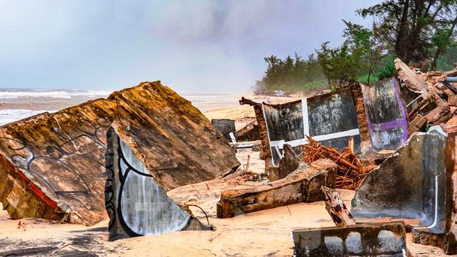 Bão tan lũ rút, bờ biển Thừa Thiên Huế tan hoang như trúng bom - ảnh 33