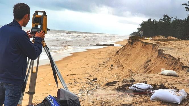 Bão tan lũ rút, bờ biển Thừa Thiên Huế tan hoang như trúng bom - ảnh 9
