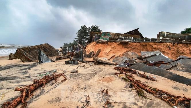 Bão tan lũ rút, bờ biển Thừa Thiên Huế tan hoang như trúng bom - ảnh 34
