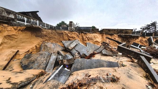 Bão tan lũ rút, bờ biển Thừa Thiên Huế tan hoang như trúng bom - ảnh 35