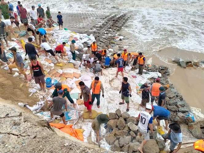 Bão tan lũ rút, bờ biển Thừa Thiên Huế tan hoang như trúng bom - ảnh 3
