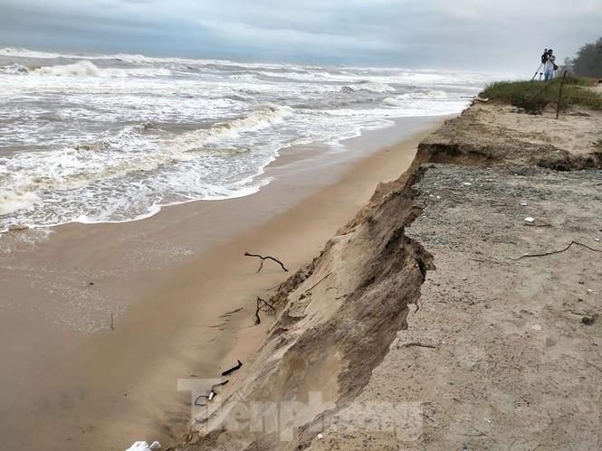 Bão tan lũ rút, bờ biển Thừa Thiên Huế tan hoang như trúng bom - ảnh 18