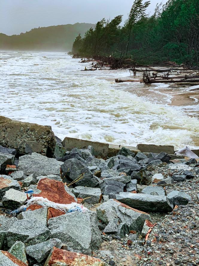 Bão tan lũ rút, bờ biển Thừa Thiên Huế tan hoang như trúng bom - ảnh 19