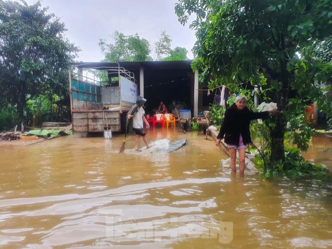 Người dân Quảng Trị mòn mỏi chờ lũ rút để được nấu cơm - ảnh 15