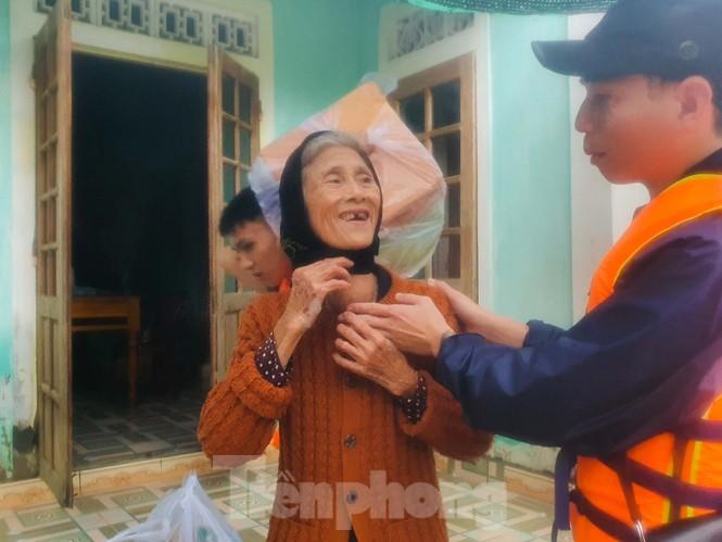 Người dân Quảng Trị mòn mỏi chờ lũ rút để được nấu cơm - ảnh 18
