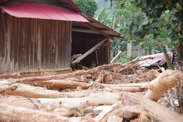 Sau bão lũ, một xã ở Quảng Trị ngập trong lớp bùn dày gần 1 mét - ảnh 1
