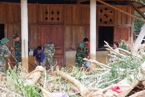 Sau bão lũ, một xã ở Quảng Trị ngập trong lớp bùn dày gần 1 mét - ảnh 2
