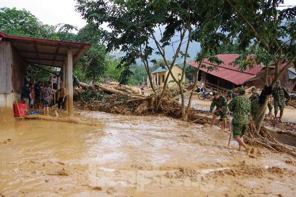 Sau bão lũ, một xã ở Quảng Trị ngập trong lớp bùn dày gần 1 mét - ảnh 4