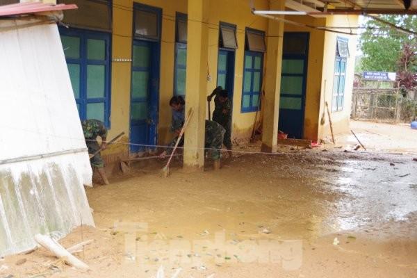 Sau bão lũ, một xã ở Quảng Trị ngập trong lớp bùn dày gần 1 mét - ảnh 5