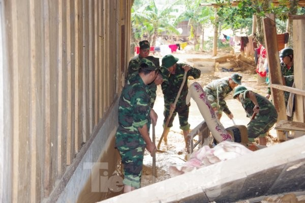 Sau bão lũ, một xã ở Quảng Trị ngập trong lớp bùn dày gần 1 mét - ảnh 6