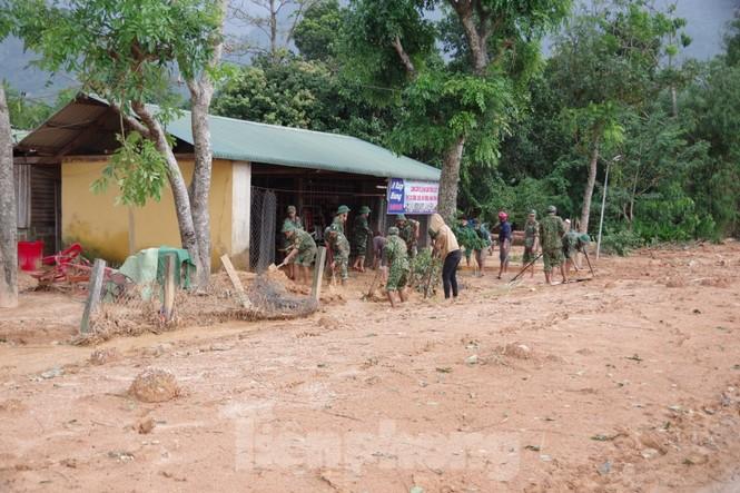 Sau bão lũ, một xã ở Quảng Trị ngập trong lớp bùn dày gần 1 mét - ảnh 7