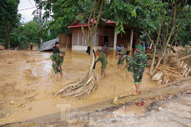 Sau bão lũ, một xã ở Quảng Trị ngập trong lớp bùn dày gần 1 mét - ảnh 8