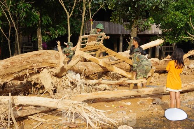 Sau bão lũ, một xã ở Quảng Trị ngập trong lớp bùn dày gần 1 mét - ảnh 9