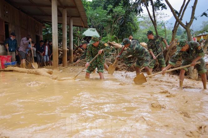 Sau bão lũ, một xã ở Quảng Trị ngập trong lớp bùn dày gần 1 mét - ảnh 10