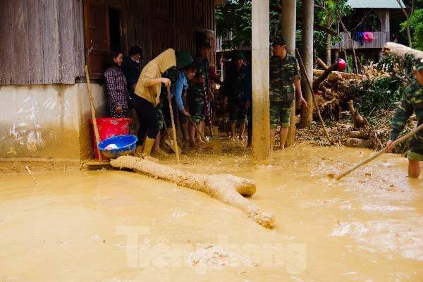 Sau bão lũ, một xã ở Quảng Trị ngập trong lớp bùn dày gần 1 mét - ảnh 12