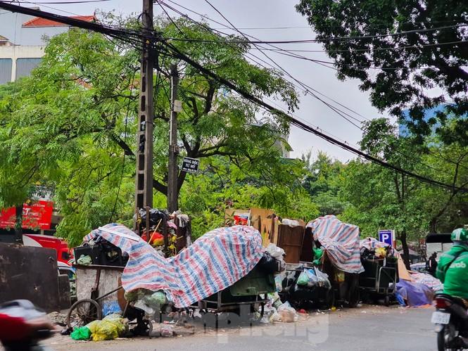Dân chặn xe vào Nam Sơn, rác lại 'bao vây' đường phố Hà Nội - ảnh 9