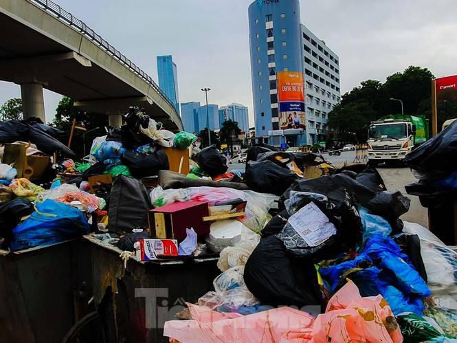 Dân chặn xe vào Nam Sơn, rác lại 'bao vây' đường phố Hà Nội - ảnh 8