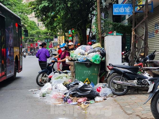 Dân chặn xe vào Nam Sơn, rác lại 'bao vây' đường phố Hà Nội - ảnh 2