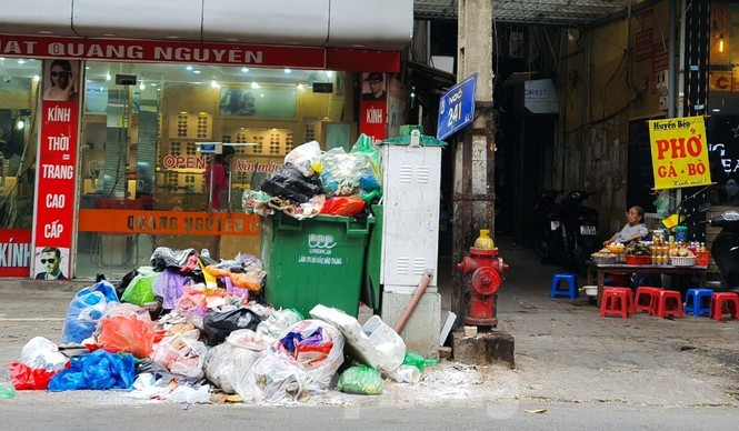 Dân chặn xe vào Nam Sơn, rác lại 'bao vây' đường phố Hà Nội - ảnh 10
