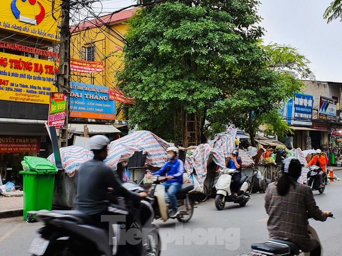 Dân chặn xe vào Nam Sơn, rác lại 'bao vây' đường phố Hà Nội - ảnh 6