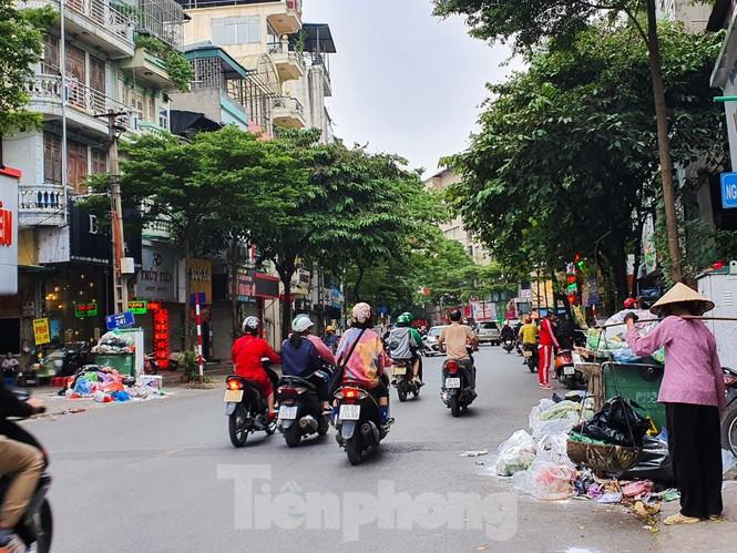 Dân chặn xe vào Nam Sơn, rác lại 'bao vây' đường phố Hà Nội - ảnh 1