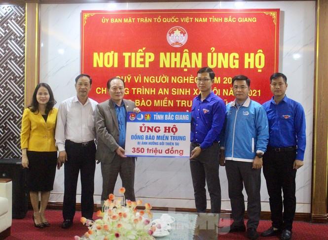 Tỉnh Đoàn Bắc Giang tiếp nhận hơn 350 triệu đồng ủng hộ miền Trung - ảnh 1