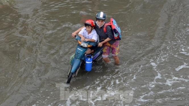 Học sinh xắn quần lội nước đến trường ngày đầu tuần vì triều cường gây ngập - ảnh 5