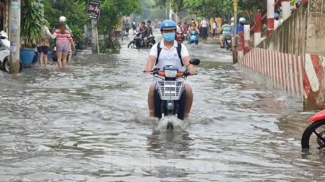 Học sinh xắn quần lội nước đến trường ngày đầu tuần vì triều cường gây ngập - ảnh 8