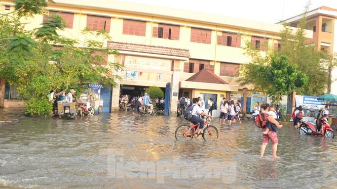 Học sinh xắn quần lội nước đến trường ngày đầu tuần vì triều cường gây ngập - ảnh 9