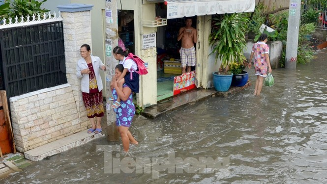 Học sinh xắn quần lội nước đến trường ngày đầu tuần vì triều cường gây ngập - ảnh 7