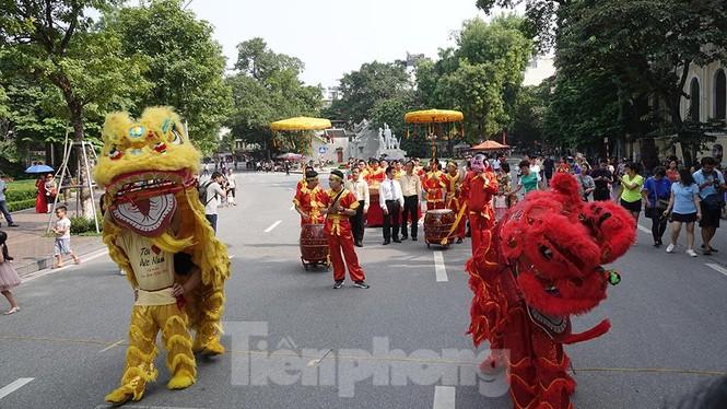 Rộn ràng lễ rước cặp bánh Trung thu truyền thống lớn nhất Việt Nam tại Hà Nội - ảnh 1