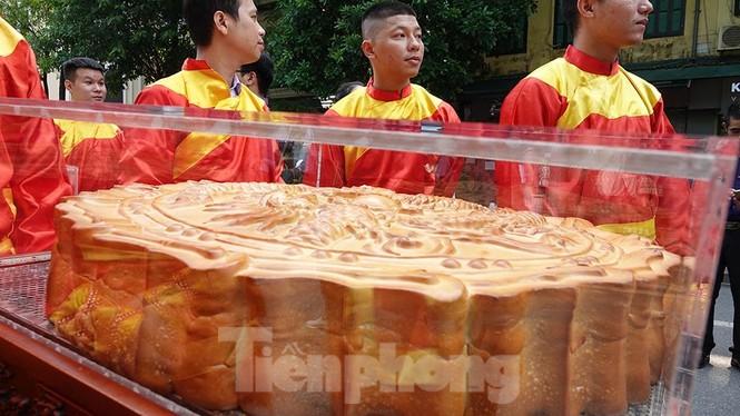 Rộn ràng lễ rước cặp bánh Trung thu truyền thống lớn nhất Việt Nam tại Hà Nội - ảnh 2