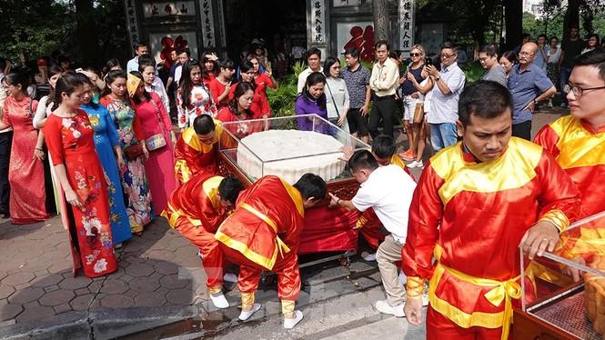 Rộn ràng lễ rước cặp bánh Trung thu truyền thống lớn nhất Việt Nam tại Hà Nội - ảnh 6