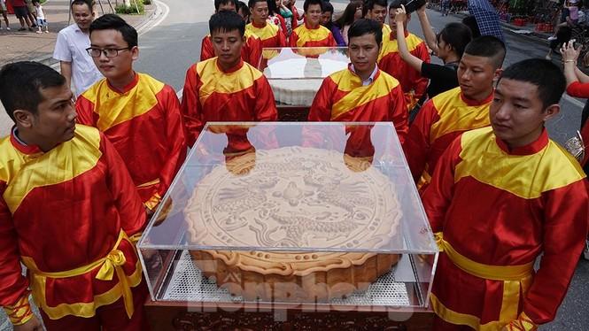 Rộn ràng lễ rước cặp bánh Trung thu truyền thống lớn nhất Việt Nam tại Hà Nội - ảnh 7