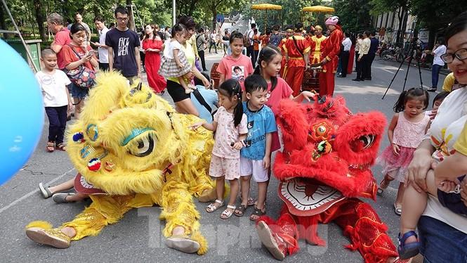 Rộn ràng lễ rước cặp bánh Trung thu truyền thống lớn nhất Việt Nam tại Hà Nội - ảnh 8