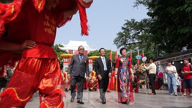 Rộn ràng lễ rước cặp bánh Trung thu truyền thống lớn nhất Việt Nam tại Hà Nội - ảnh 9